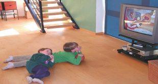 رها کردن کودکان در تماشای تلویزیون